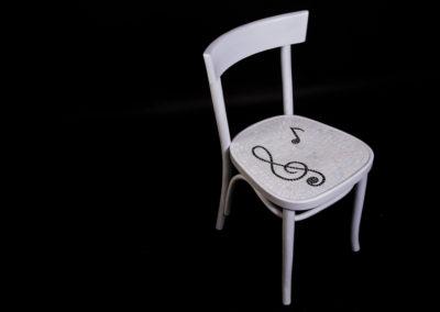 sedia bianca mosaico